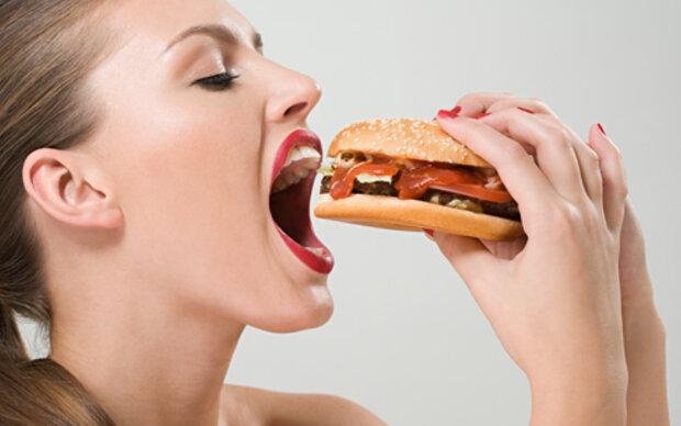 Müde Menschen sind gierig auf Fast-Food