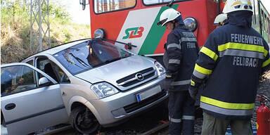 Zug übersehen: Frau bei Crash verletzt