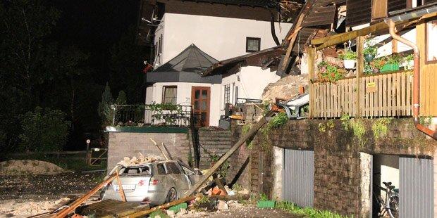 Tonnenschwerer Fels stürzt auf Wohnhaus