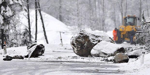 Paznaunstraße: 2 Autos von Felssturz getroffen