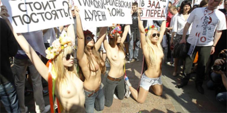 Männer unterstützen nackte Frauen