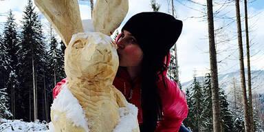 Skihase küsst Osterhase