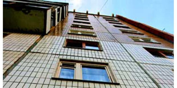 Bub überlebt Sturz aus sechstem Stock