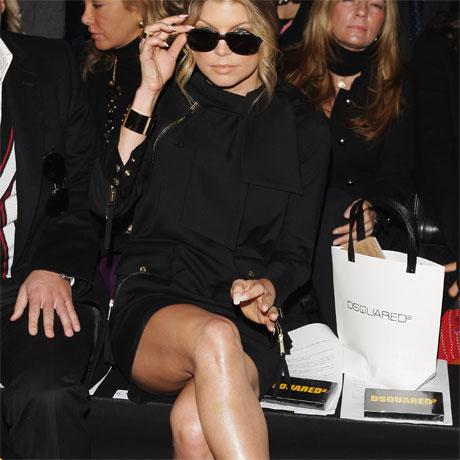 Bravsaß fergie bei der modeschau auf ihrem stuhl
