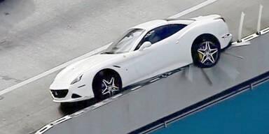 """Teuren Ferrari auf Leitplanke """"geparkt"""""""