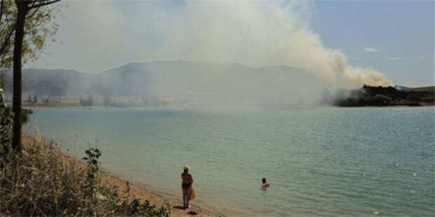 Menschen übers Meer vor Feuer gerettet
