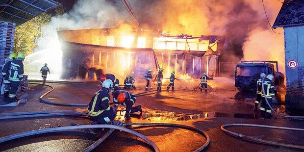 Feuer-Inferno zerstört Firmen-Halle