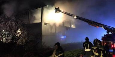 17 Feuerwehren löschen Feuer in Recycling-Firma