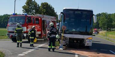 Pkw crasht in Schulbus: Auto-Lenkerin tot, mehrere Kinder verletzt