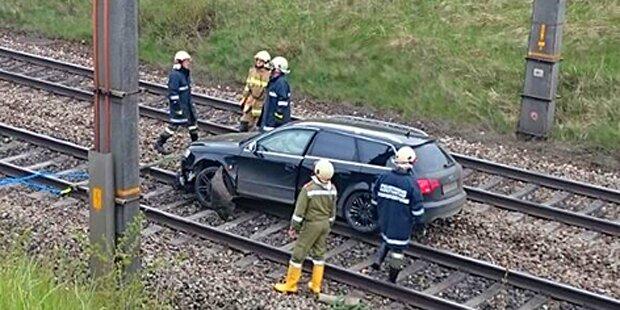 Auto stürzte nach Unfall auf die Westbahn