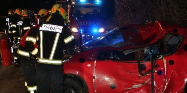 18-Jährige crasht mit Auto in Baum - tot