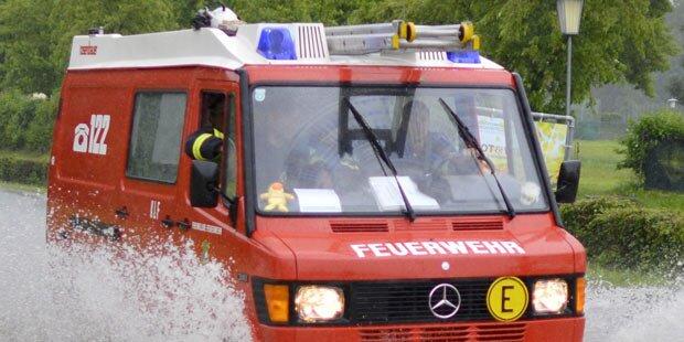 Straßen nach Wasserrohrbruch überflutet