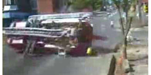 Spektakulärer Unfall von zwei Feuerwehrautos
