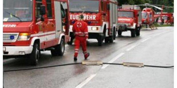 Klein-Lkw rammt Bus - 2 Schwerverletzte