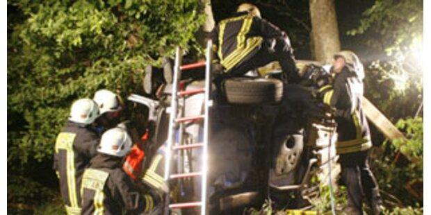 87-Jähriger kracht mit Auto gegen Baum - tot