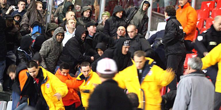 """Beim Spiel gegen Nancy rasteten die Feyenoord-""""Fans"""" völlig aus. (c) GEPA"""