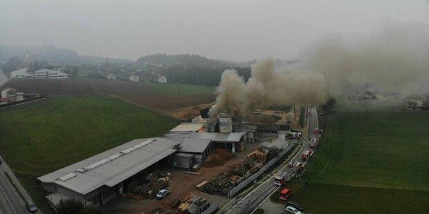 Großbrand in Tischlerei: Feuer gelöscht