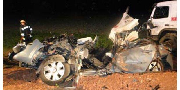 Lkw überrollte Pkw - Fahrer tot