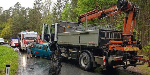 18-Jähriger crasht in Lkw – schwebt in Lebensgefahr