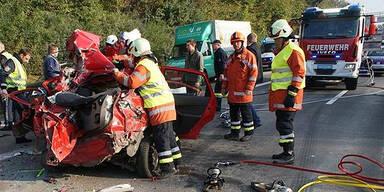 Horror-Crash auf der A2: Mann erdrückt