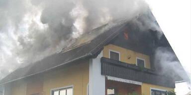 Mann rettet Mutter aus brennendem Haus
