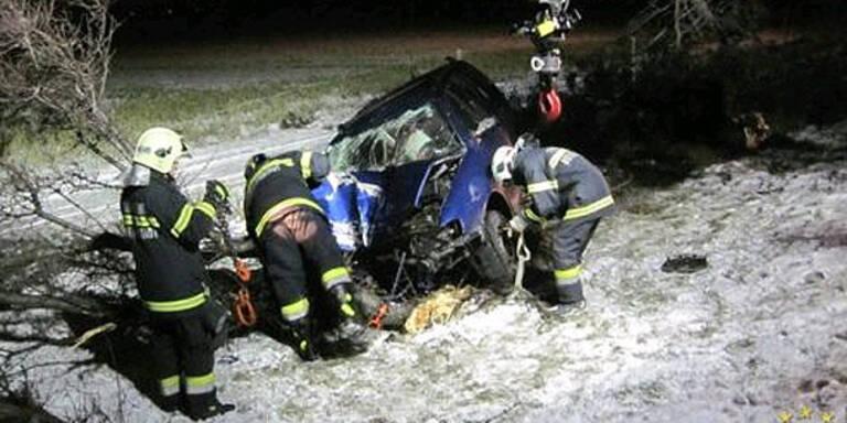 Südautobahn: Lenkerin rast frontal gegen Baum