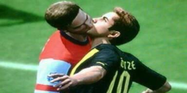 FIFA13: Innige Kussszene zweier Profis