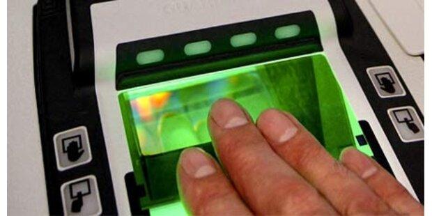 Franzosen kontrollieren Fingerabdruck
