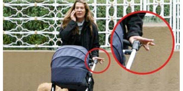 Mama Fiona raucht bei ihrem Baby