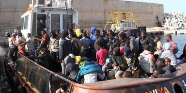 Flüchtlingsboot bei Rettungsaktion umgekippt
