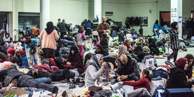 Erneut Tausende Migranten in Piräus