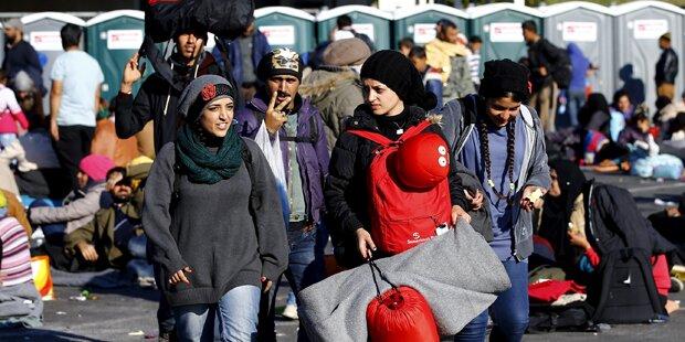 Tausende Flüchtlinge warten an der Grenze