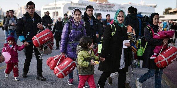 Securitys erpressten ankommende Flüchtlinge