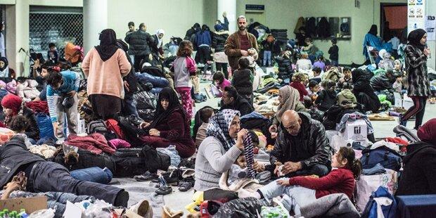 Erneut hunderte Migranten in Piräus