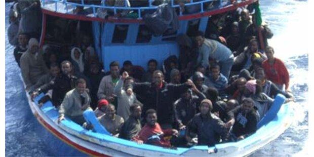 Italiener retten 297 Bootsflüchtlinge