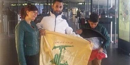 Syrer schwenkt Hisbollah-Flagge am Flughafen Wien