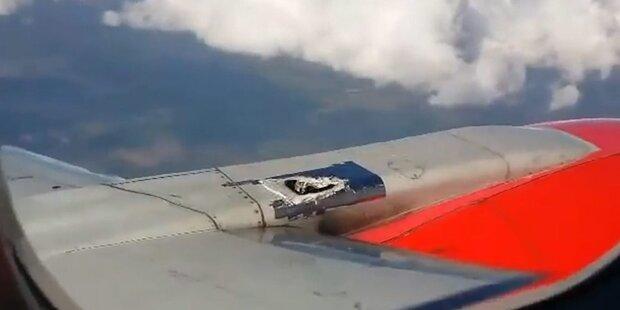 Loch in Flugzeug mit Tape zugeklebt