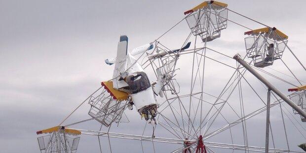 Kleinflugzeug fliegt in Riesenrad und bleibt stecken