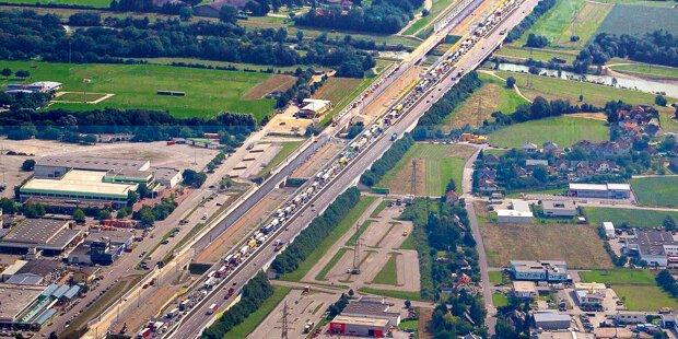 Schrott-LKWs legen Autobahn lahm