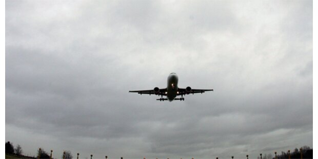 Flug-Passagiere mit verrückten Gegenständen
