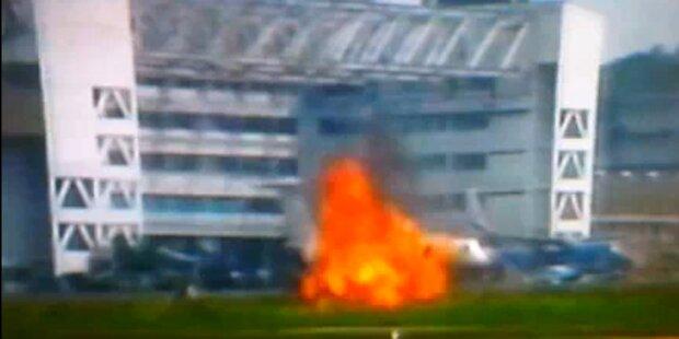 Flugzeug explodiert vor laufender Kamera