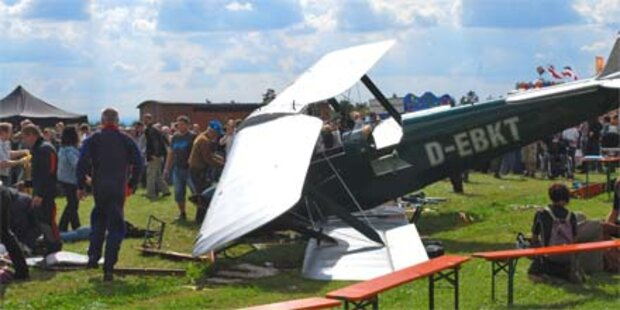 Flugzeug stürzt in Zuschauermenge