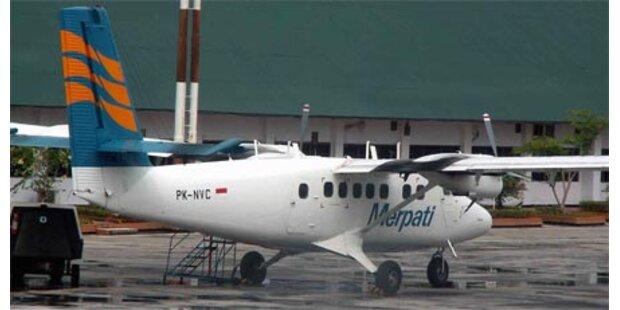 Flugzeug mit 16 Insassen vermisst