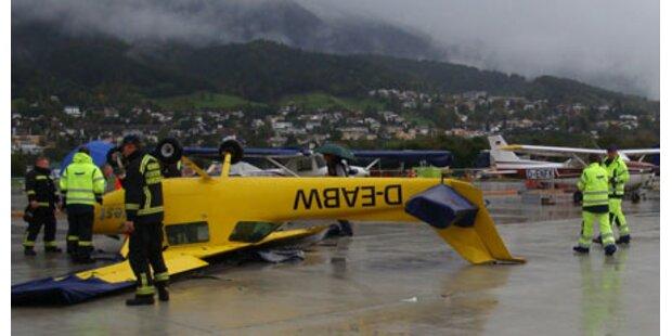 Orkan legt Flugzeug aufs Dach