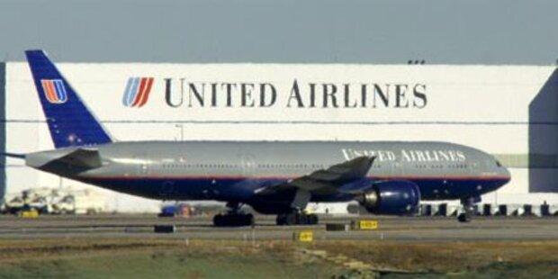 Schlafende Frau in Flugzeug eingesperrt