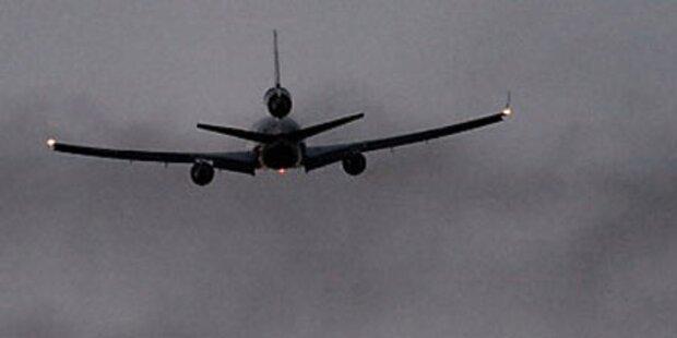 Flugzeug setzt neben Landebahn auf