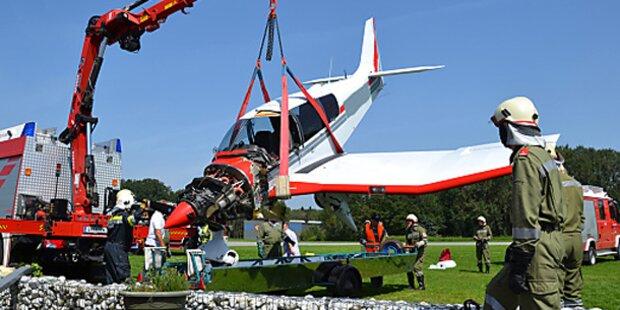 Flugzeug kracht in Flugrettungsgebäude