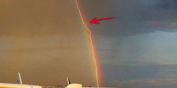 Regenbogen-Blitz schlägt in Flugzeug ein