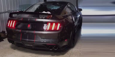 Sohn crasht neuen Mustang des Vaters in Garage