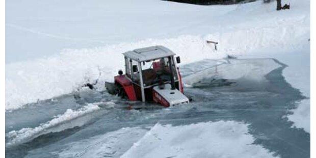 Landwirt brach mit Traktor in Teich ein
